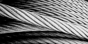 Прочность примерная, безопасные нагрузки американских стальных тросов (канатов) 6х19 = 6 наружных прядей по 19 проволок в каждой из высококачественной проволоки для стальных тросов (канатов) 1/4-2 = 6,4 - 54 мм в зависимости от толщины (диаметра) и примерный погонный вес.